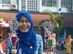 PRESTASI LAGI : Dr Nur Zaidah MPd guru SMPN 8 Kota Semarang berhasil meraih prestasi dan membawa piala serta penghargaan.