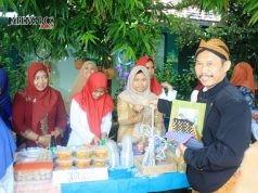 KREATIVITAS SISWA: Kepsek SMP IT PAPB Ramelan MH saat membeli produk barang bekas produk siswa dalam bazar sekolah.