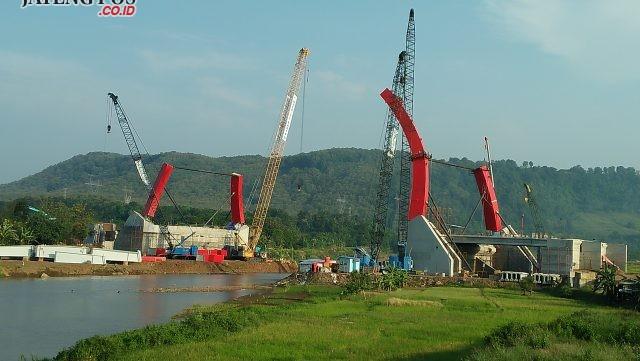 KEJAR TARGET: Pemasangan jembatan plat baja lengkung di jembatan Kalikuto terus dikebut pengerjaannya agar H-10 lebaran sudah bisa dilalui pemudik