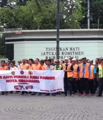 APEL BERSAMA : Ratusan juru parkir (jukir) di tepi jalan umum Kota Semarang saat mengikuti apel bersama menolak pungli perparkiran di halaman balaikota Semarang.