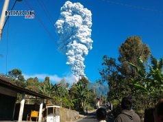 MELETUS:Penampakan asap putih Gunung Merapi dari Boyolali. Gunung Merapi meletus freatik, mengeluarkan suara gemuruh disertai asap setinggi 5 kilometer dan getaran pada Jumat (11/5) sekitar pukul 07.40 WIB