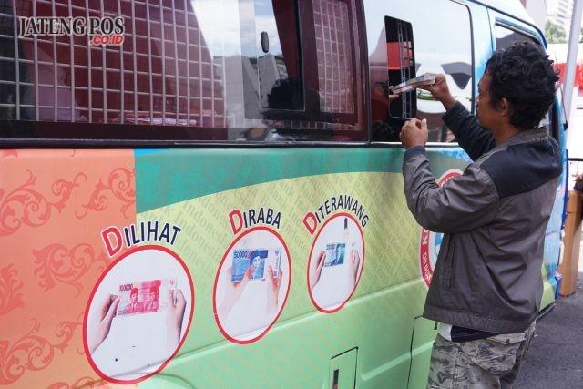 TUKAR UANG : Warga menukarkan uang pecaran baru di mobil kas keliling yang diselenggarakan Bank Indonesia Jawa Tengah bekerjasama dengan perbankan di Stadion Trilomba Juang Semarang, Senin (21/5). Pras WD/ Jateng Pos