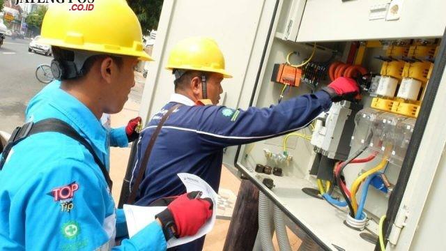 LISTRIK : Petugas Tim Pelayanan Teknik (Yantek) PLN saat melakukan pemeliharaan jaringan listrik guna menghadapi Bulan Ramadhan. Aning Karindra / Jateng Pos