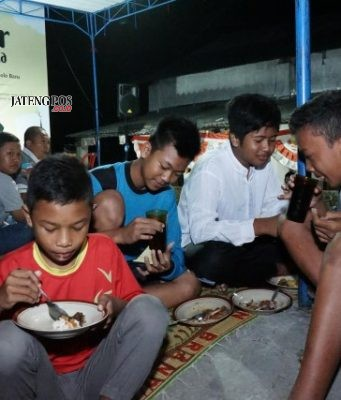 Bahagia : Terlihat anak-anak warga kampung Bacem Grogol Sukoharjo tengah bersemangat menikmati makan sahur bersama BWP Hotel Solo Baru. Foto : DOK/JATENG POS.