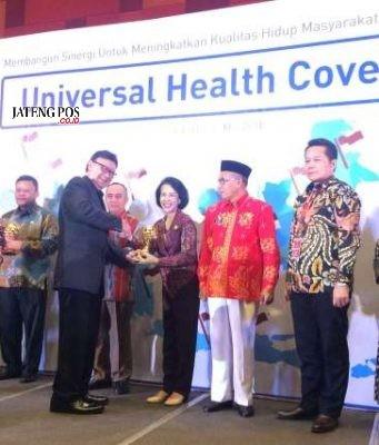 DITERIMA : Asisten Ekonomi Setdakota Semarang Ayu Entys menerima penghargaan dibidang kesehatan dari Mendagri.