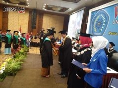 WISUDAwan TERBAIK: Rektor Unimus Prof Dr Masrukhi MPd saat mewisuda sarjana terbaik di Patrajasa Hotel Semarang, Selasa (15/5).