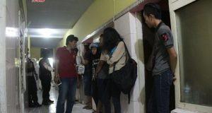 TERJARING RAZIA: Belasan pasangan tak resmi yang terjaring razia gabungan Polrestabes Semarang dan Satpol PP Kota Semarang di sebuah hotel kawasan Jalan Tanjung dimintai keterangan.