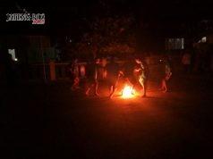 SEPAKBOLA : Sejumlah kepala sekolah di Semarang Utara bersama karyawan UPTD Pendidikan Kecamatan Semarang Utara mempertunjukkan sepakbola api di halaman kantor.