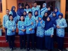 KEBERSAMAAN : Kepala SDN Pudakpayung 01 Kecamatan Banyumanik Rowiyanto, SPd foto bersama jajaran guru dan tenaga kependidikan usai upacara bendera di halaman sekolah.