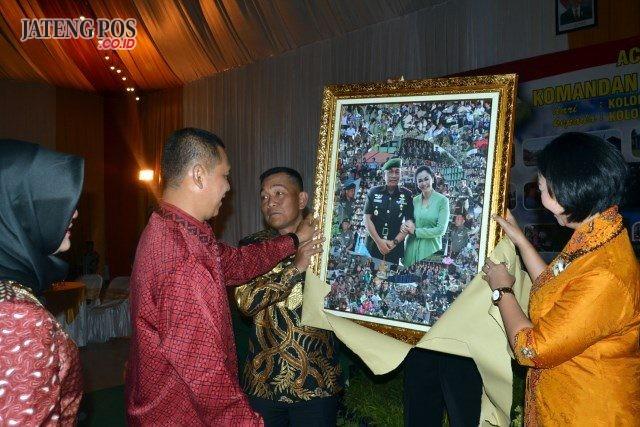 Tugas Baru : Kolonel ( Inf) Joni Pardede bersama istri menerima kenang-kenanan berupa foto kegiatan bersama istri yang dibingkai dalam pigura. ( foto : dekan bawono/ jateng pos).