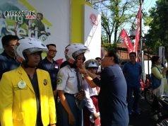 Deklarasi Pesan Keselamatan Berkendara : CEO Astra Motor, Sigit Kumala memakaikan helm sampai helm berbunyi 'klik' kepada perwakilan masyarakat Kota Semarang pada saat deklarasi komitmen pesan keselamatan berkendara