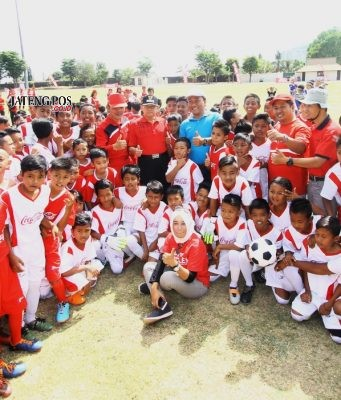 Keceriaan dalam pembukaan program Coke Kicks 2018 di Stadion Wujil, Ungaran Minggu (16/09). FOTO : RENDRA WIJAYA/JATENGPOS