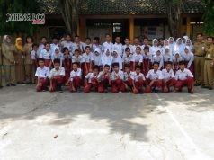 KOMPAK : Kepala SDN Kedungmundu Kecamatan Tembalang Siti Maesaroh bersama jajaran guru foto bersama di halaman sekolah belum lama ini.