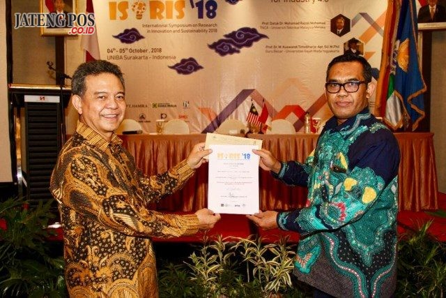 Ir H. Solichul Hadi (Ketua YAPERTIB) dan juga Dosen UNIBA Surakarta menerima penghargaan best paper ISoRIS'18 dari ketua penyelenggara Dr Supawi Pamenang.