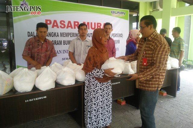 SEMBAKO- Manager Umum, SDM dan PKBL PT KIW, Bambang Setiawan, menyerahkan sembako murah bagi warga sekitar perusahaan, dalam rangkaian HUT KIW, Sabtu (13/10). FOTO : ANING KARINDRA/JATENG PO