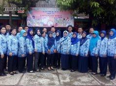 KOMPAK BEKERJA: Kepsek dan guru SD Jatingaleh 01 foto bersama di sela aktivitas mengajar di sekolah