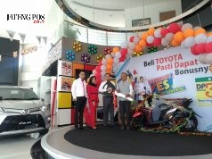 NASMOCO YES- Maryoto, warga Kalicari Semarang, mendapatkan sepeda motor setelah melakukan pembelian Toyota Calya tipe G M/T di Nasmoco Siliwangi Semarang, pada Sabtu (6/10), dalam program Nasmoco YES. FOTO : IST/ANING KARINDRA/JATENG POS