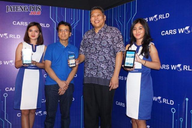 APLIKASI CARSWORLD- Direktur Utama PT Carsworld Digital Indonesia, Sebastianus Harno Budi (dua dari kanan), menunjukkan aplikasi terbarunya, CarsWorld yang mewadahi berbagai layanan otomotif yang dibutuhkan konsumen, dalam soft launching di Semarang, Rabu (10/10) kemarin. FOTO : ANING KARINDRA/JATENG POS