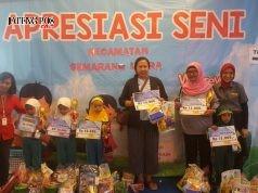 SUKSES LOMBA: Para juara anak-anak TK Semut di kelompok A terima hadia dari panitia di Java Mal, kemarin.