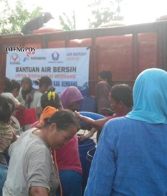 BANTUAN AIR BERSIH- Pertamina MOR IV bersama Hiswana Migas dan Paguyuban Pengusaha SPBU di Rembang pun turut andil memberikan bantuan air bersih untuk warga di Kabupaten Rembang, Selasa (16/10) siang. FOTO : IST/ANING KARINDRA/JATENG POS