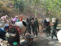 Para TNI dan warga guyub rukun kerjakan proyek TMMD Reguler 103 di Desa Sukorejo, Sambirejo, Sragen. Foto: ARI SUSANTO / JATENG POS