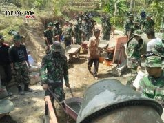 Para prajurit TNI dan warga bergoyong royong kerjakan pengecoran jalan. foto: ARI SUSANTO/ JATENGPOS