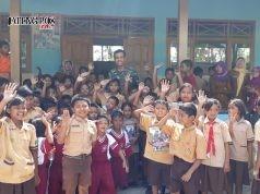 oto: Anggota Satgas TMMD Reg 103 di Sukorejo, saat ajak para siswa SD giat membaca. Foto ARI SUSANTO /JATENGPOS