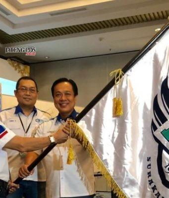 Serah terima bendera IMBI Surakarta dari ketua lama Budiman Tan pada ketua terpilih Haryanto Argo Seputro dalam MUSDA III di Swissbellin Hotel Solo. Foto : ade ujianingsih/jatengpos