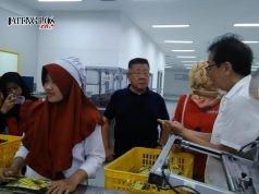 KUNJUNGAN- Direktur PT Industri Jamu dan Farmasi Sido Muncul Tbk, Irwan Hidayat, Senin (22/10), menerima kunjungan Dubes Filipina untuk Indonesia, Leehiong T Wee, di Pabrik Sido Muncul Bergas. FOTO : IST/ANING KARINDRA/JATENG POS