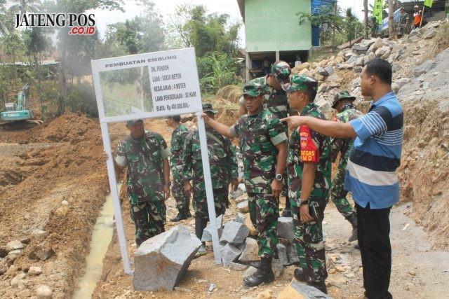 LIHAT EMBUNG: Pengecekan proyek embung TMMD di Desa Sukorejo, Sambirejo, Sragen. Foto : ARI SUSANTO / JATENGPOS
