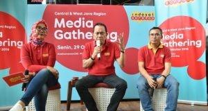 TRANSFORMASI INDOSAT- Direktur Utama dan CEO Indosat Ooredoo, Chris Kanter (tengah), tengah memaparkan terkait transformasi bisnis perusahas yang dipimpinnya, dalam temu media di Semarang, Senin (29/10). FOTO : ANING KARINDRA/JATENG POS