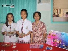 TUNJUKKAN PRODUK: Dua siswa SMA Kebon Dalem didampingi guru pendamping saat ikut pameran research camp. FOTO: BAGUS PANJI/JATENG POS