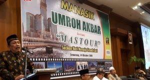 RESMI DIBUKA : Dirut PT Mastour Syarqowie Ghozali Amien bersama para pembimbing Mastour saat manasik umroh Akbar di Hotel Patrajasa Semarang, Minggu (14/10).