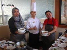 """CLASS COOKING : Terlihat perwakilan awak media tengah menunjukan menu """" Soto Ayam Semarang """" hasil racikan sendiri dalam event """" Media Luncheon & Class Cooking """". Foto : DWI SAMBODO/JATENG POS."""