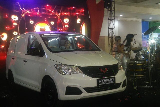 WULING FORMO : Wuling Motors (Wuling) mengandeng PT Automobil Jaya Mandiri (AJM) memperkenalkan Euling Formo di Kota Semarang, Kamis (8/11) malam. FOTO : ANING KARINDRA/JATENG POS