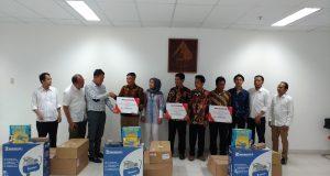 BAPAK ASUH BENGKEL: Penyerahan bantuan peralatan bengkel oleh Region Head Astra Motor Yohanes Kurniawan (3 dari kiri) kepada salah satu alumni peserta program Bapak Asuh Bengkel. (26/11)