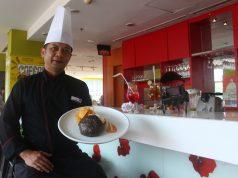 """MENU PROMO : Yana Hendri Chef Executive Hotel Ibis Simpang Lima Semarang tengah menunjukan """" Black Burger """" menu promo bulan November 2018. Foto : DWI SAMBODO/JATENG POS."""