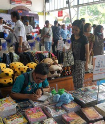 BOOK FAIR KAI : PT KAI Daop 4 Semarang menggelar event Book Fair on Station, Peluncuran Komik Si Loko dan Pengumpulan Donasi Buku, Rabu (14/11), di Stasiun Semarang Tawang. FOTO : PRASETYO/JATENG POS