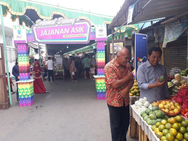 PEDULI MASYARAKAT : Anggota DPR RI Drs.H. Fadholi bersama Ketua RW 04 Pancuran Budi Sutrisno saat berada di Jajanan Asik kampung Pancuran. ( foto : dekan bawono/ jateng pos).