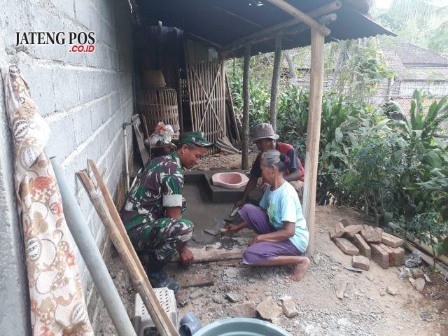 Pembuatan jamban di salah satu warga kurang mampu dalam TMMD di Desa Sukorejo, Sragen. Foto: ARI SUSANTO / JATENG POS