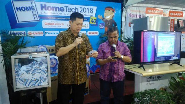 UNDIAN : Global Elektronik mengundi 5 hadiah elektronik dalam penutupan Hometech ke-41, Selasa (6/11) malam. FOTO : ANING KARINDRA/JATENG POS