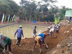 Pembersihan material di sekitar embung yang dibangun dalam TMMD Desa Sukorejo. Foto; ARI SUSANTO/JATENG POS