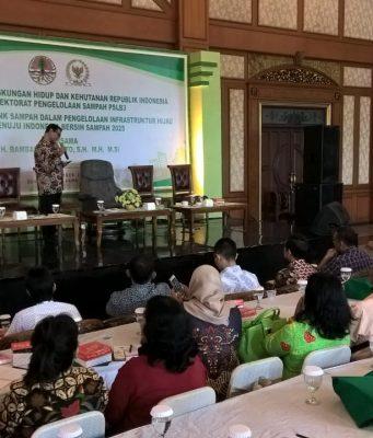 Anggota DPRRI komisi VII Bambang Riyanto bersama Agus Syaefudin dari KLHK menyampaikan sosialisasi bank sampah dan infrastruktur hijau di Sukoharjo. Foto : ade ujianingsih/jatengpos.