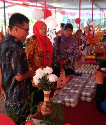 Tim Irjend pendidikan SMA Kemendikbud Jakarta didampingi Sunari dan Wasiyo melihat hasil karya siswa dalam bazar sekolah wirausaha di SMAN 1 Tangen. Foto: ARI SUSANTO/JATENG POS