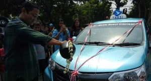 RMADA BARU : Peluncuran armada baru Taksi Bluebird Transmovers 7 seater di halaman Kelenteng Sam Poo Kong, Semarang, Minggu (25/11). FOTO : Aning Karindra/Jateng Pos