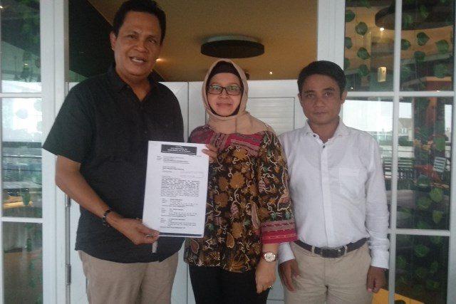 GUGATAN : Tim Kuasa Hukum keluarga ahli waris Brigjen TNI (Purn) Mardeo menunjukkan surat gugatan atas permasalahan sengketa lahan di Jalan S Parman No.60 Semarang. Alkomari/Jateng Pos