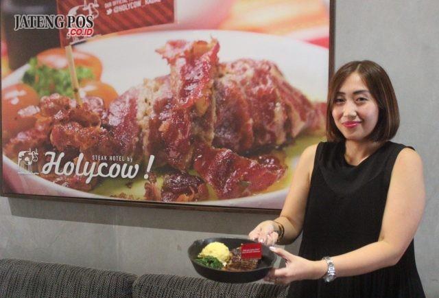 MENU STEAK : Wynda Mardio pemilik TKP Steak Hotel by Holycow tengah menunjukan salah satu ragam menu steak andalanya. Foto : DWI SAMBODO/JATENG POS.
