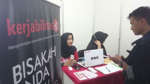 BURSA KERJA- Para pencari kerja mengunjungi stan perusahaan pemberi kerja pada Sinergi Youth Career Fest 2018, di Balai Besar Pengembangan Latihan Kerja (BBPLK) Semarang, Selasa (13/11). FOTO : ANING KARINDRA/JATENG POS