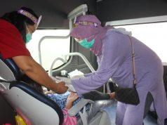 """PELAYANAN : Petugas kesehatan tengah memeriksa kesehatan gigi untuk anak dalam kegiatan sosial """" Outing PDGI """" di area Car Free Day Jalan Pahlawan, Semaranng. Foto: DWI SAMBODO/JATENG POS."""