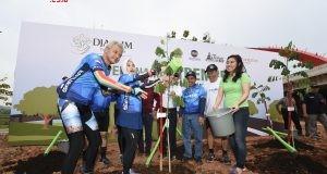 TANAM POHON : Ganjar Pranowo Gubernur Jawa Tengah bersama Djarum Foundation tengah menanam pohon 75 kilometer Semarang – Batang. Foto : DWI SAMBODO/JATENG POS.